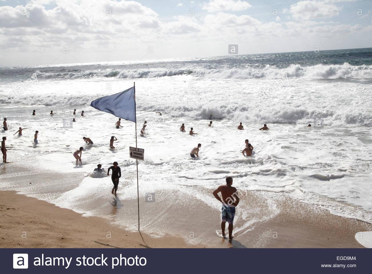 Les gens baignade à côte de l'Atlantique, Capbreton, Landes, Aquitaine, France Photo Stock