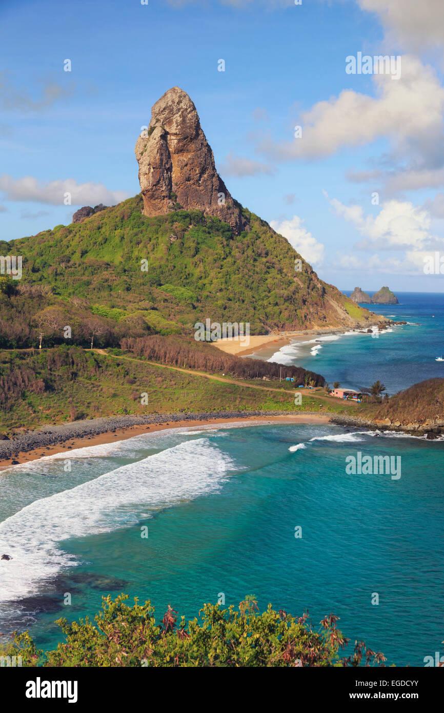 Brésil, Fernando de Noronha, Conceicao, Meio et plage de Cachorro avec Morro la montagne Pico en arrière Photo Stock
