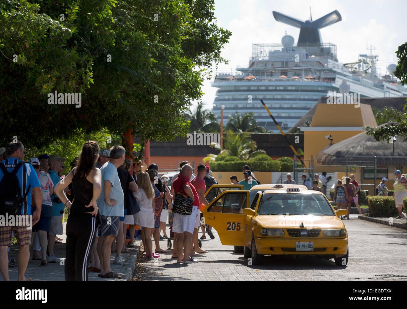 Les touristes entrez les taxis, cruise ship port, Mahahual Quinitana retraités retraités Roo Ocean front Photo Stock