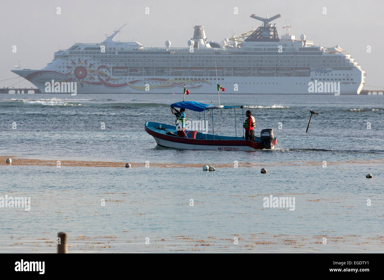 Bateau de croisière en bateau de pêche local Mahahual Quinitana retraités retraités Roo Ocean Photo Stock