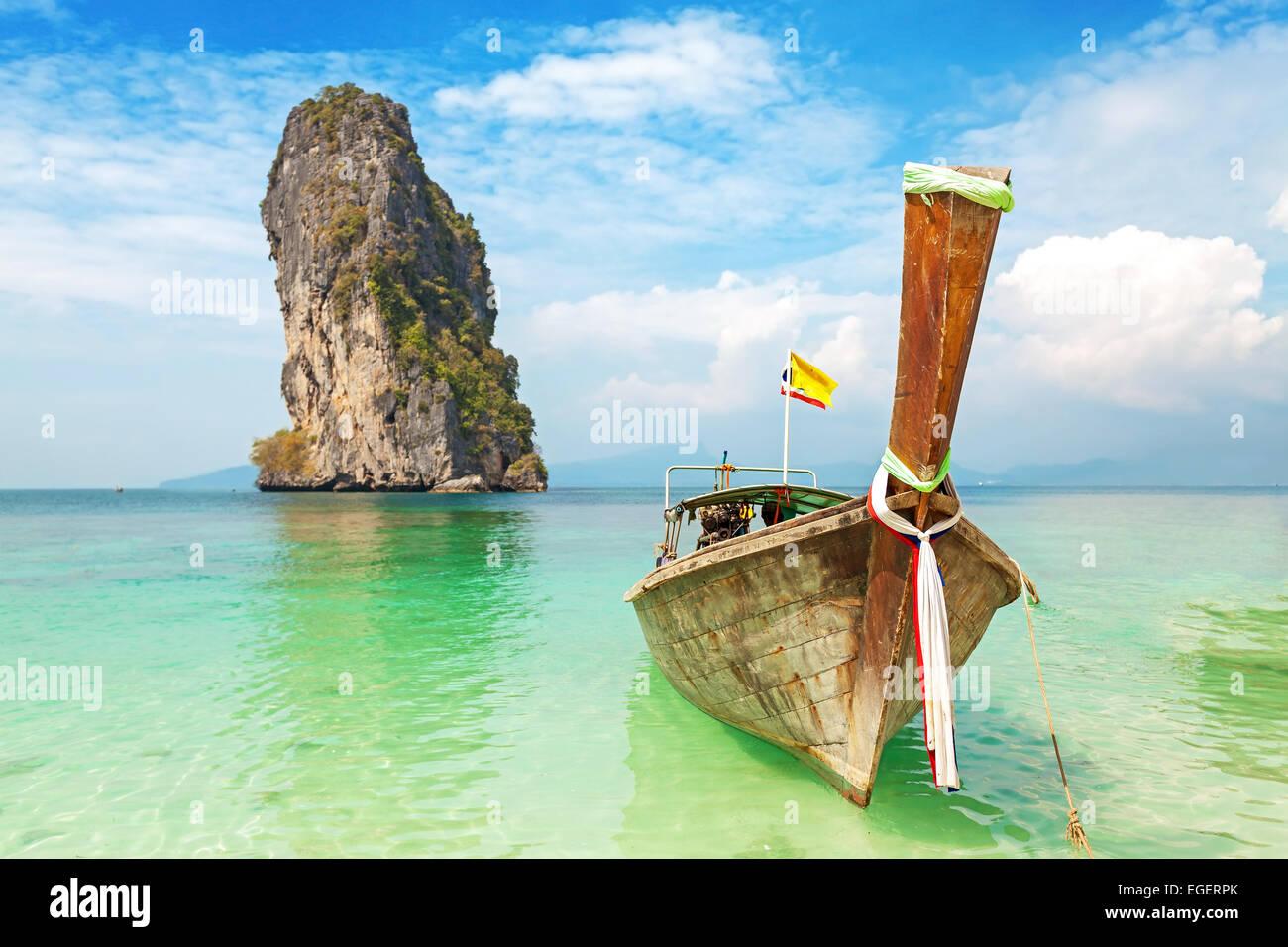 Vieux bateau en bois sur une île tropicale. Photo Stock