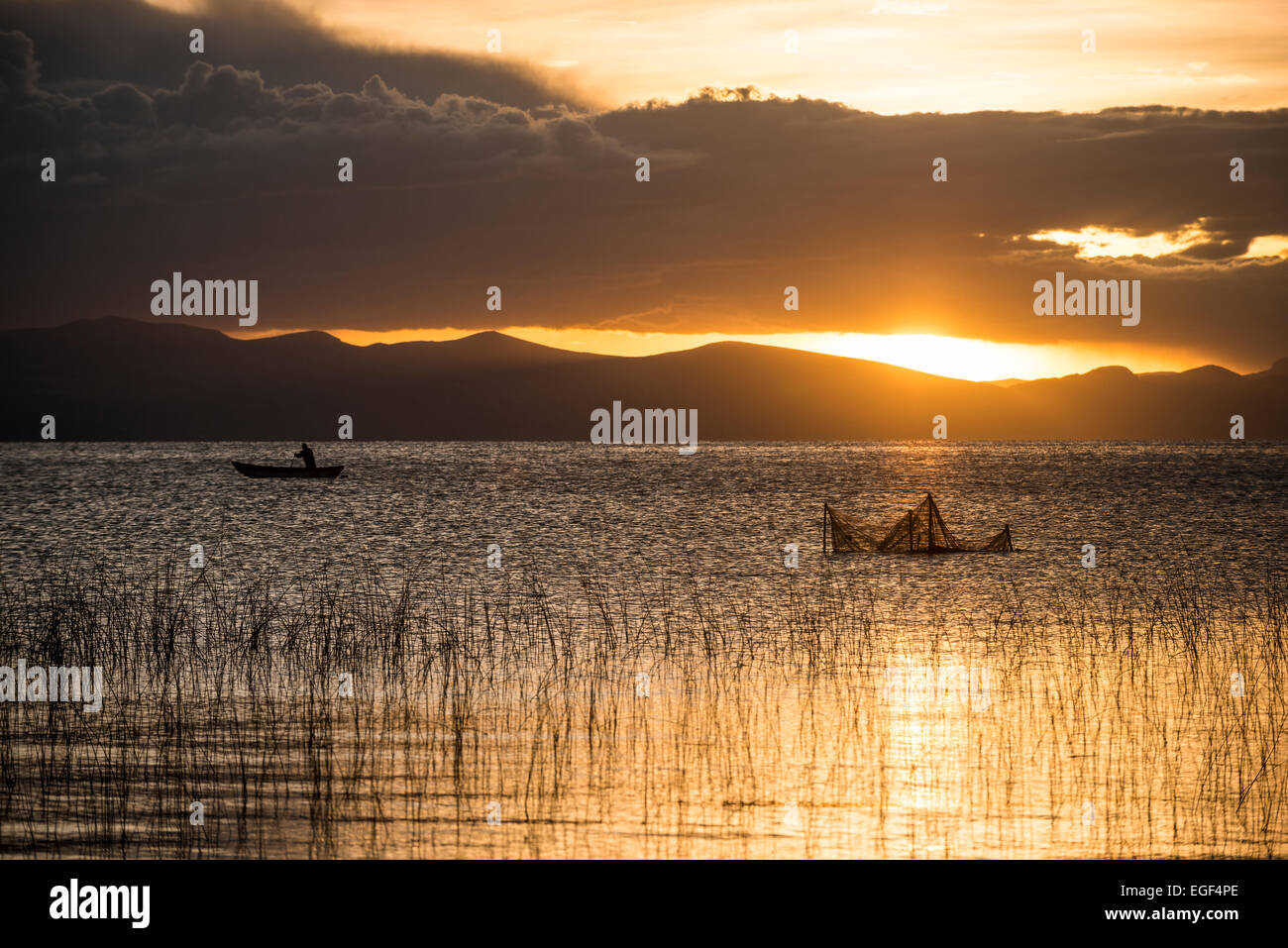 Coucher de soleil sur le lac Titicaca, le Lac Titicaca, Copacabana, Bolivie Photo Stock