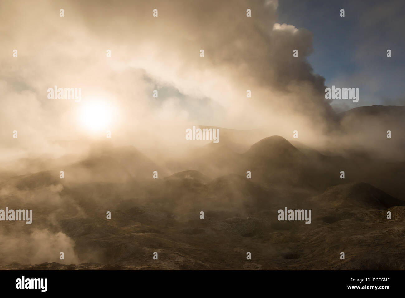 Sol de Mañana Geyser à l'aube, Reserva Eduardo Avaroa, Bolivie Photo Stock