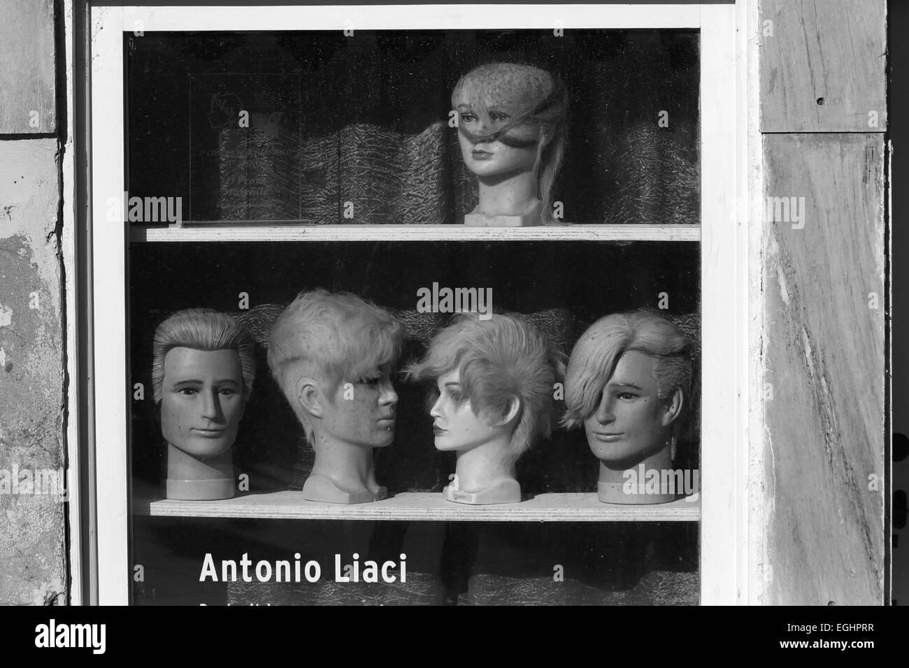 Perruques anciennes dans une vitrine de Venise. La présentation en magasin à l'ancienne Photo Stock
