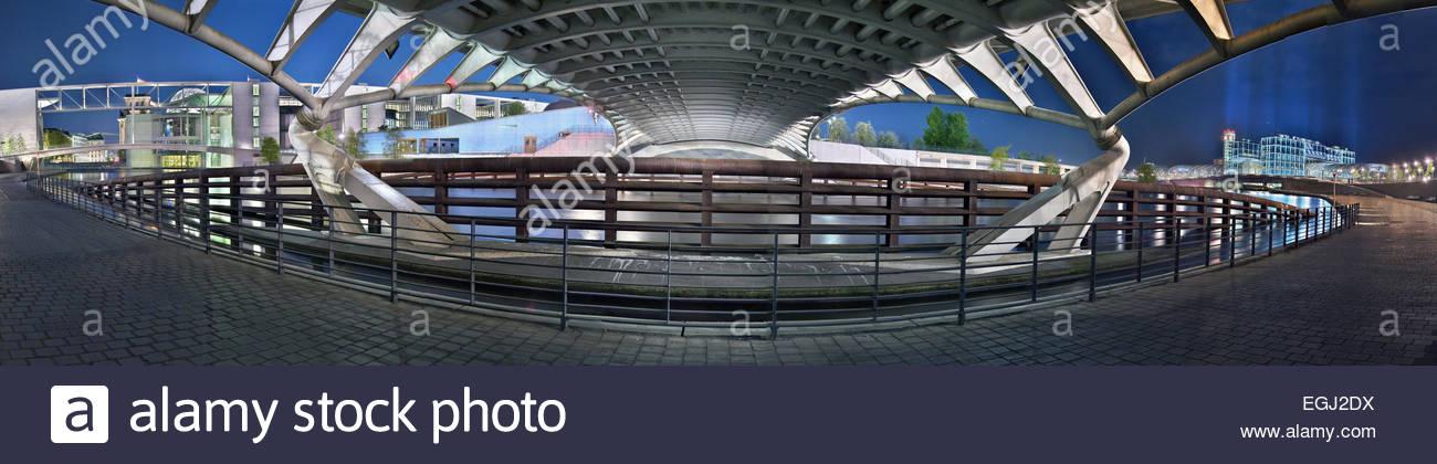 Kronprinzenbrücke de l'architecte Calatrava, dans le quartier du gouvernement Spreebogen, la gare centrale, Palais Banque D'Images