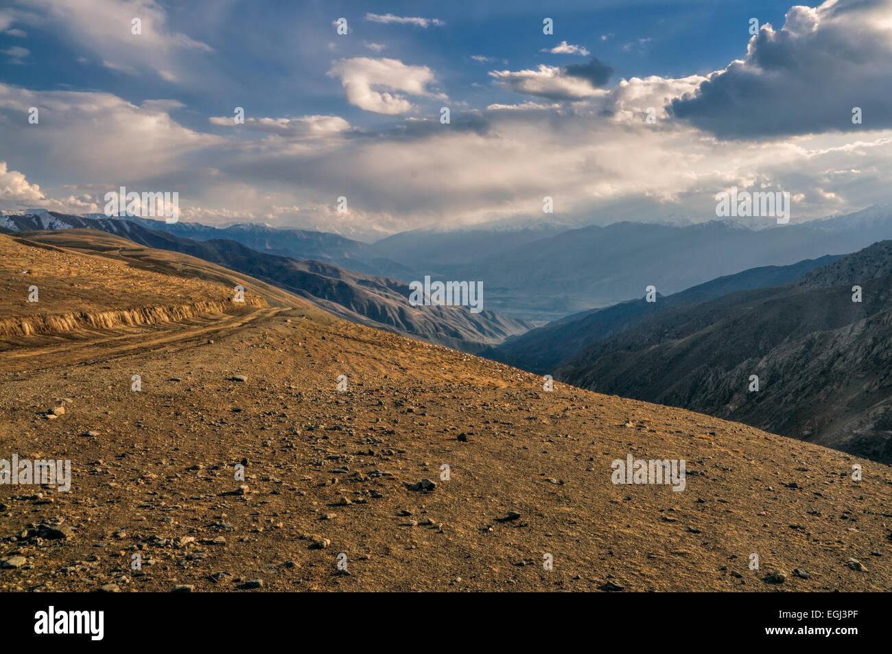 Vue imprenable sur les montagnes afghanes dans la lumière du soleil Photo Stock