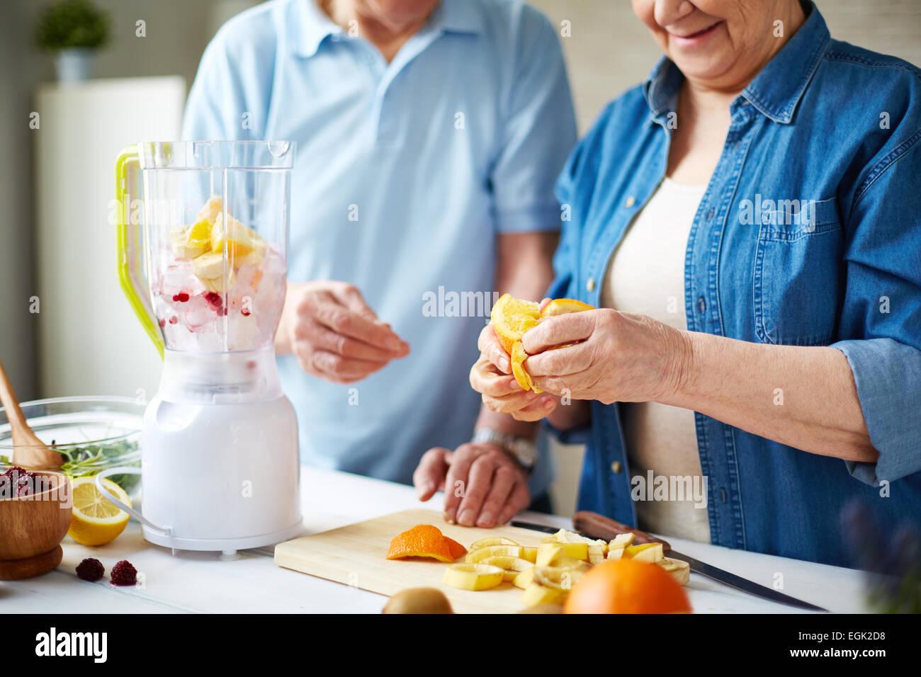 Les témoins de l'épluchage de fruits smoothie Photo Stock