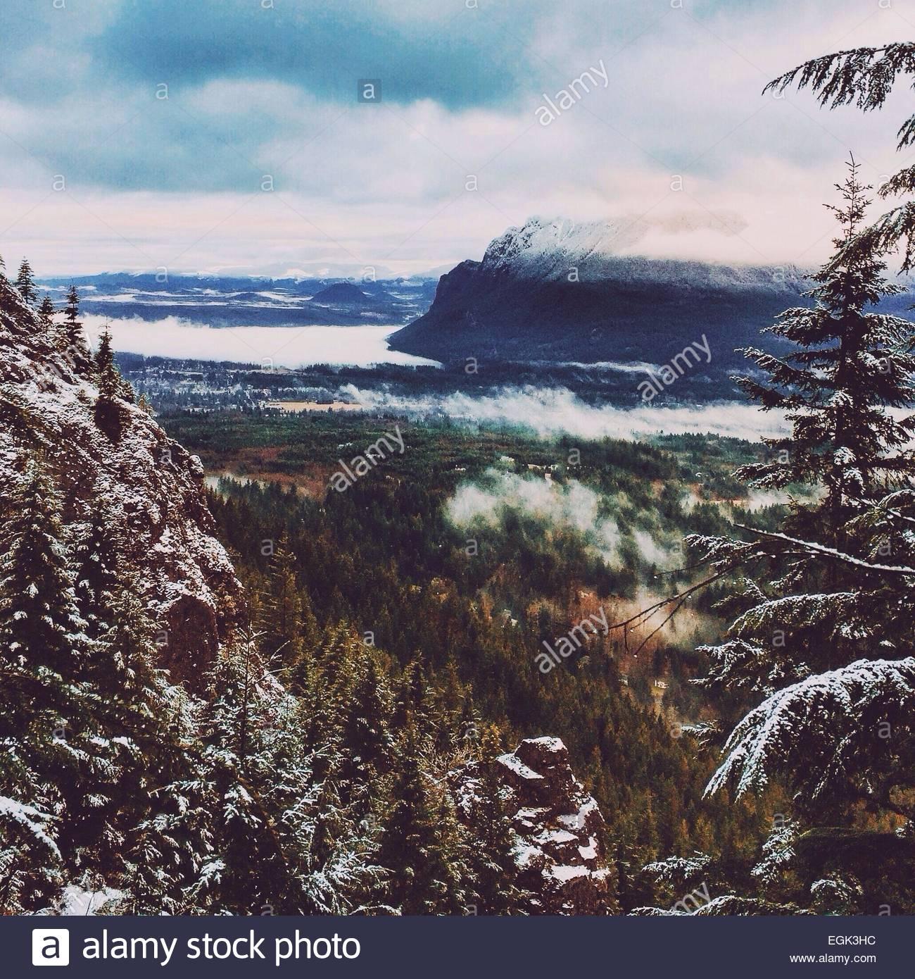 Vue sur la vallée de montagnes majestueuses en hiver Photo Stock