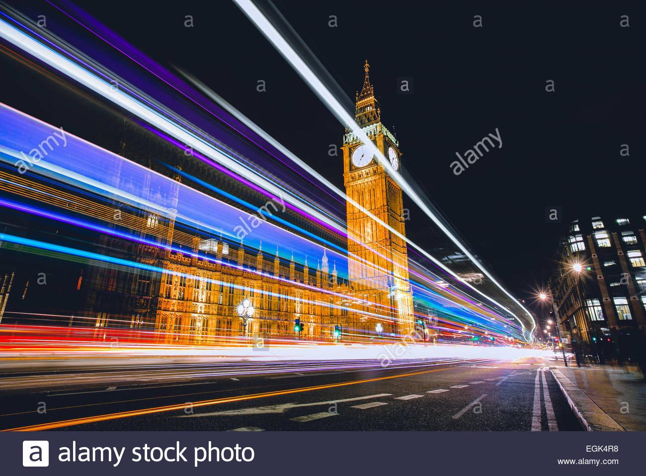 UK, Londres, la circulation durant la nuit et Big Ben en arrière-plan Photo Stock