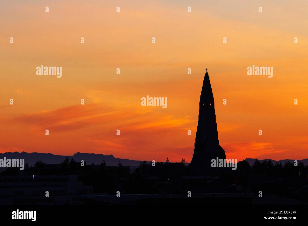 L'église Hallgrimskirkja à Reykjavik, Islande, pendant le coucher du soleil en juillet. Banque D'Images