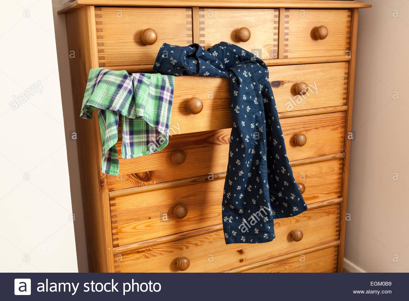 N'ouvrir le tiroir avec des vêtements spilling out Photo Stock