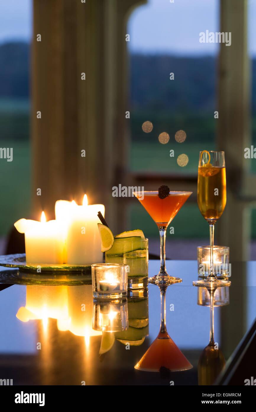 Des cocktails sur un bar au crépuscule Photo Stock