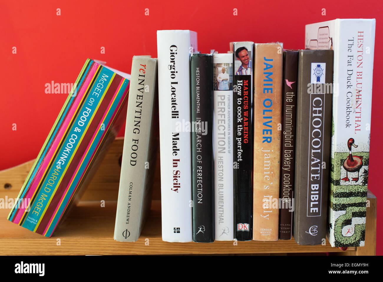 Les livres de recettes sur étagère de cuisine moderne Photo Stock