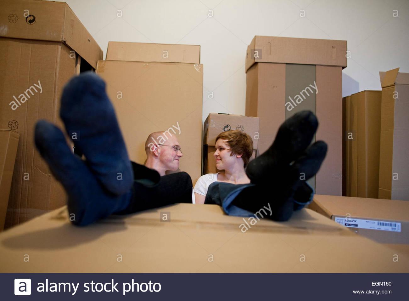 Jeune couple prendre du repos tout en se déplaçant dans la nouvelle maison, Berlin, Allemagne Banque D'Images