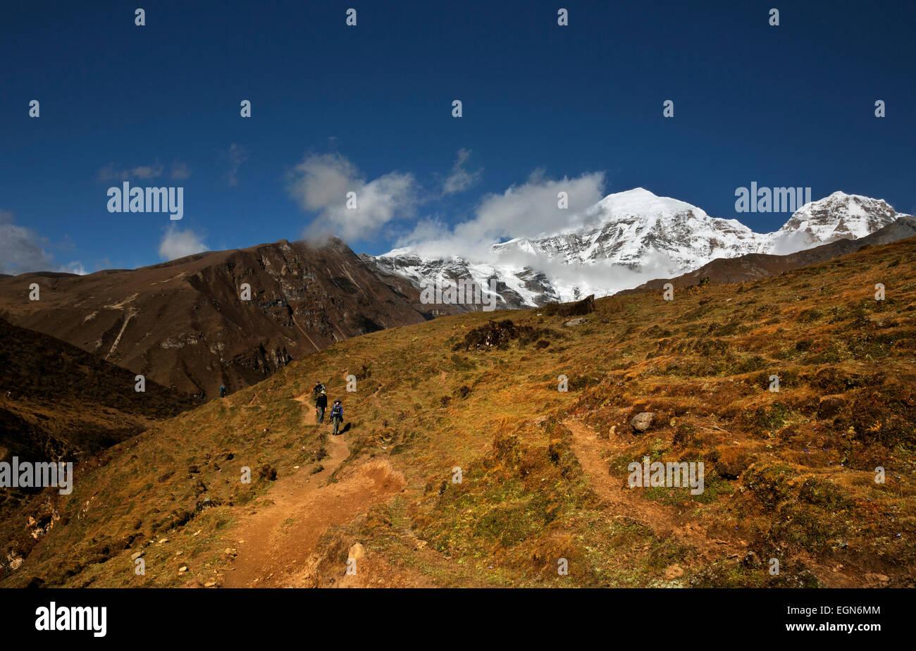 Bhoutan - Trekking randonnées groupe hors de la vallée de Paro Chhu, se dirigeant vers Bhonte La voie Photo Stock