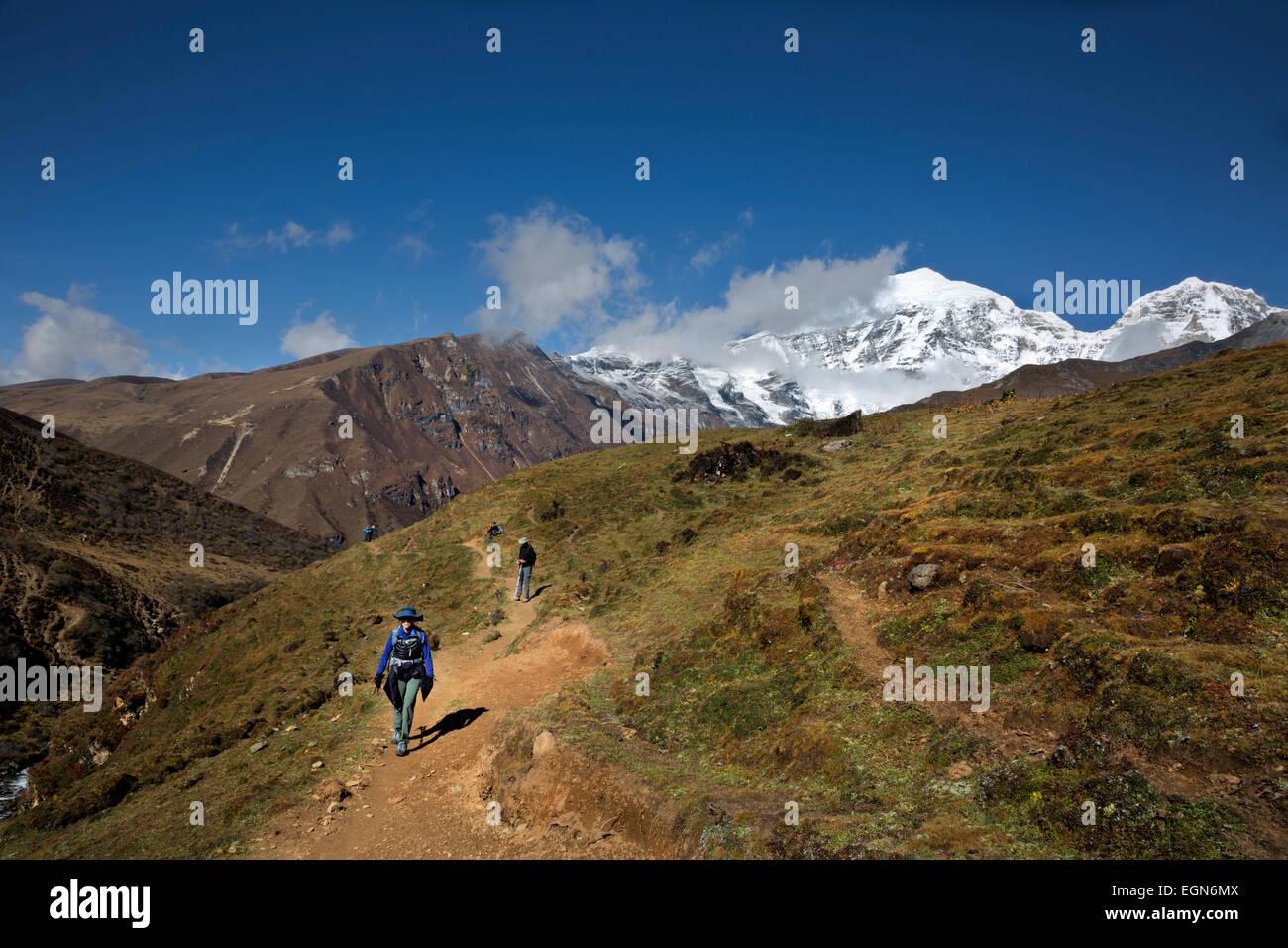 Bhoutan - Trekking Randonnée en direction de groupe Bhonte La suivant la route du Jhomolhari Trek 2. Photo Stock