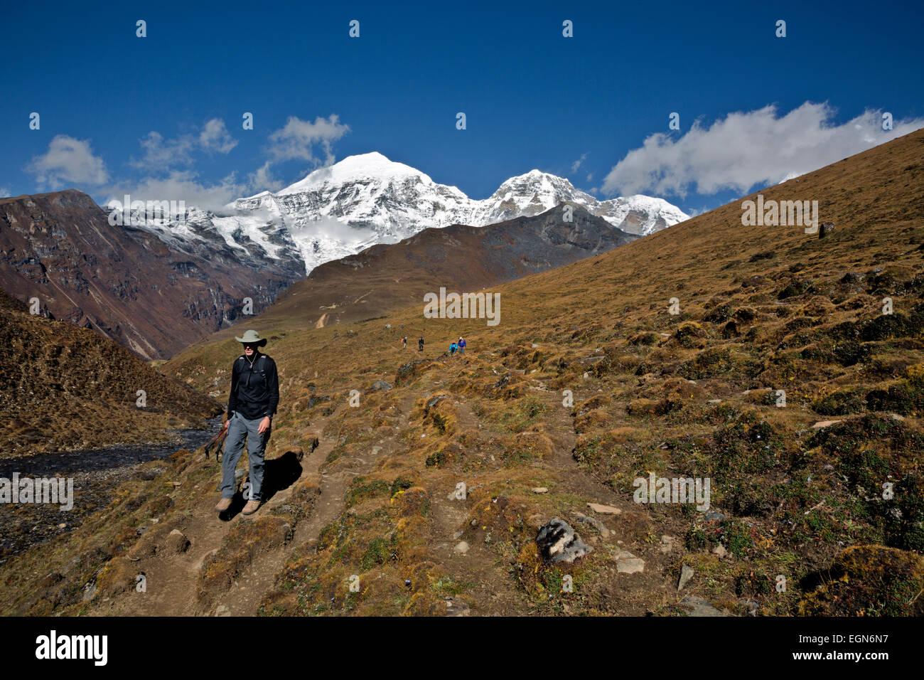 Bhoutan - les randonneurs, avec en toile de fond une Jhomolhari Jhomolhari et 2, et à l'approche ci-dessous Photo Stock