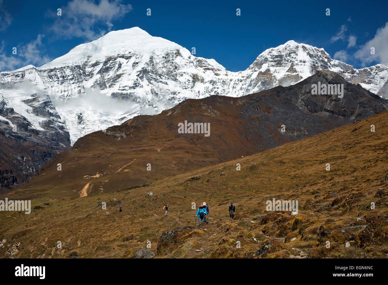 Bhoutan - Trekkers sur Jhomolhari Trek escalade 2 16 198 pieds La Bhonte avec la neige et la glace couverte de pics Photo Stock