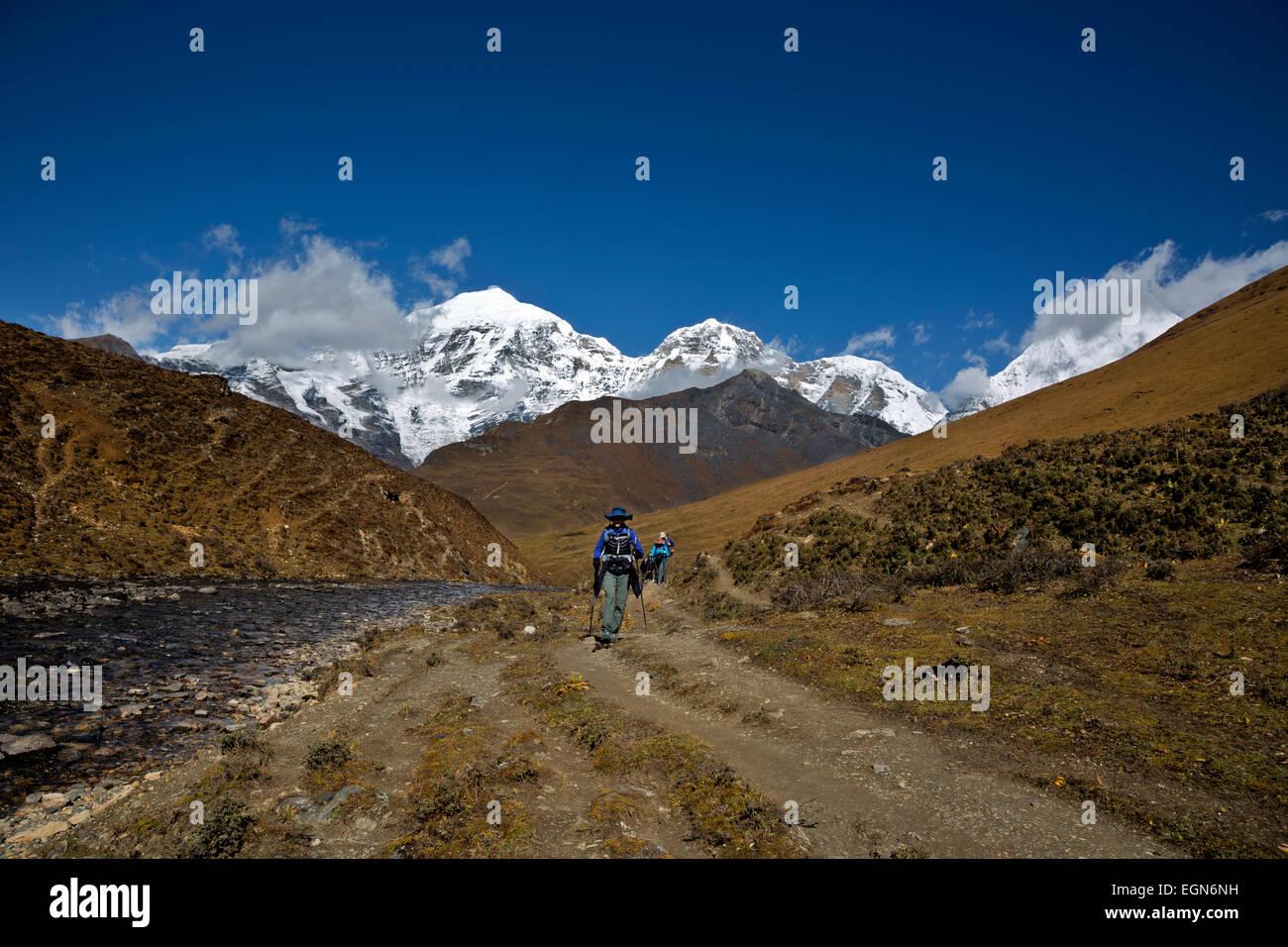 Bhoutan - les randonneurs, avec, en toile de fond Jhomolhari Jhomolhari Jichu Drakye et 2 lacs, et à l'approche Photo Stock