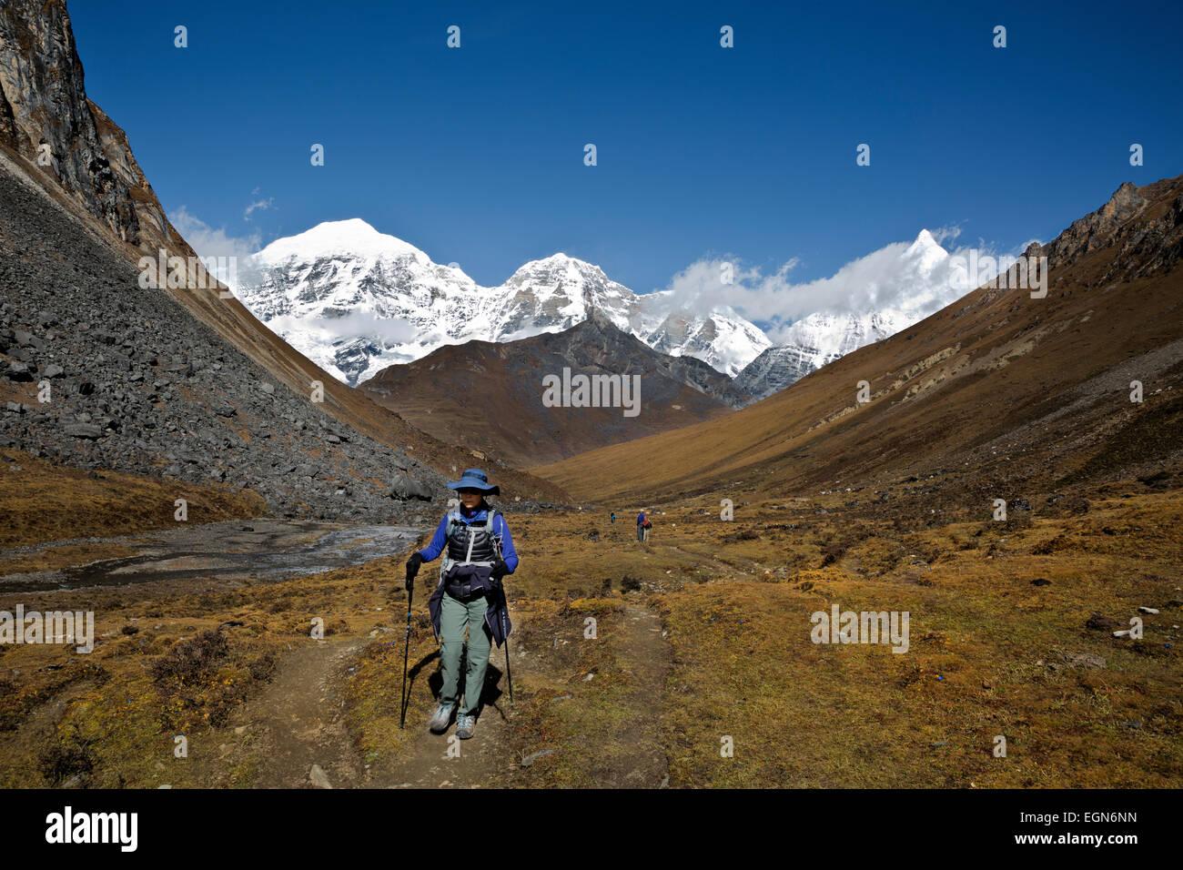 Bhoutan - les randonneurs, avec en toile de fond une Jhomolhari , Drakye Jichu Jhomolhari et 2 lacs, et à l'approche Photo Stock