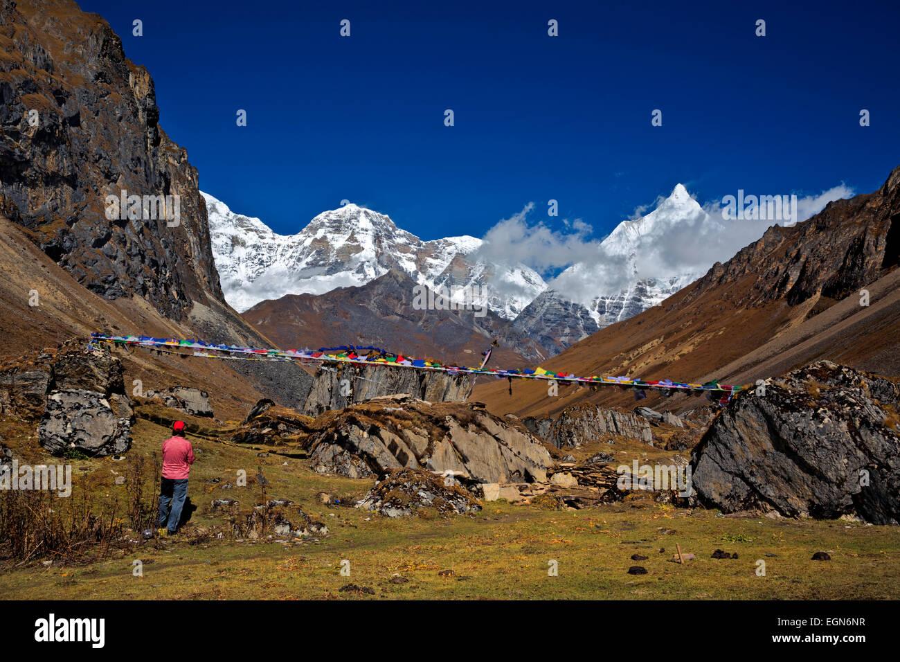 Bhoutan - Trekker en sortie du moindre de deux Tshophu lacs sur le sentier d'Bhonte La, point culminant de Jhomolhari Photo Stock