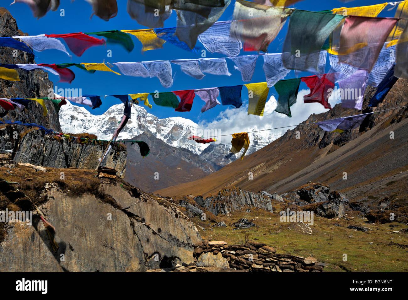 Bhoutan - les drapeaux de prières à la sortie du moindre de deux Tshophu lacs sur le sentier d'Bhonte Photo Stock
