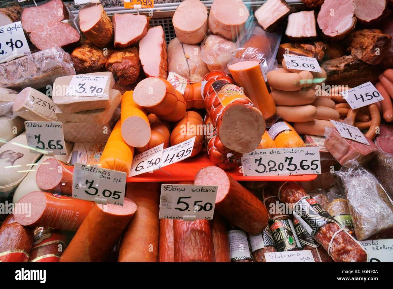 Riga Lettonie. Variétés de saucisses de viande pressé salami séché dans le Centraltirgus, Photo Stock