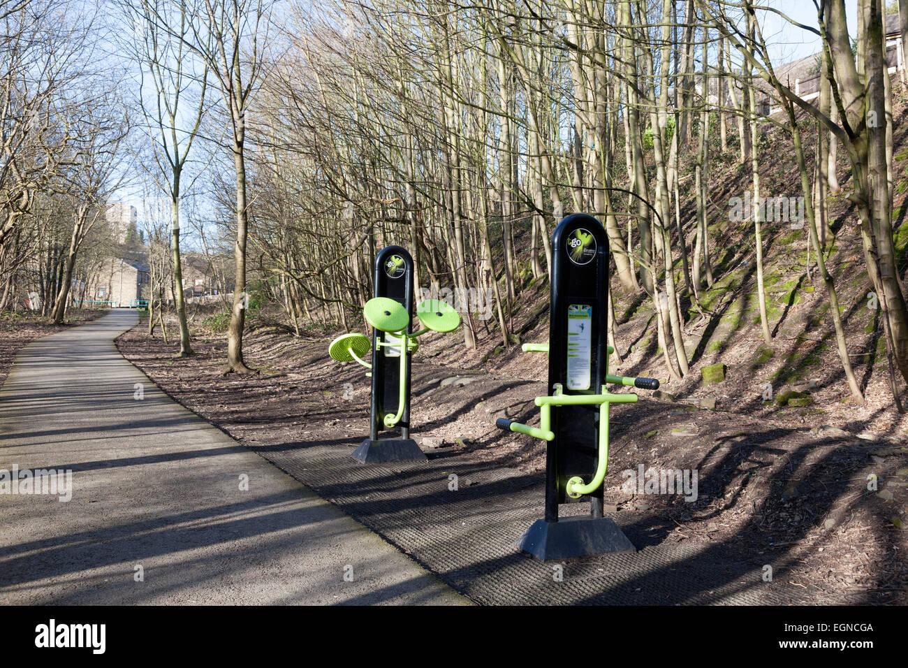 L'équipement d'exercice à côté de la piste de Hebble, Halifax, West Yorkshire Photo Stock