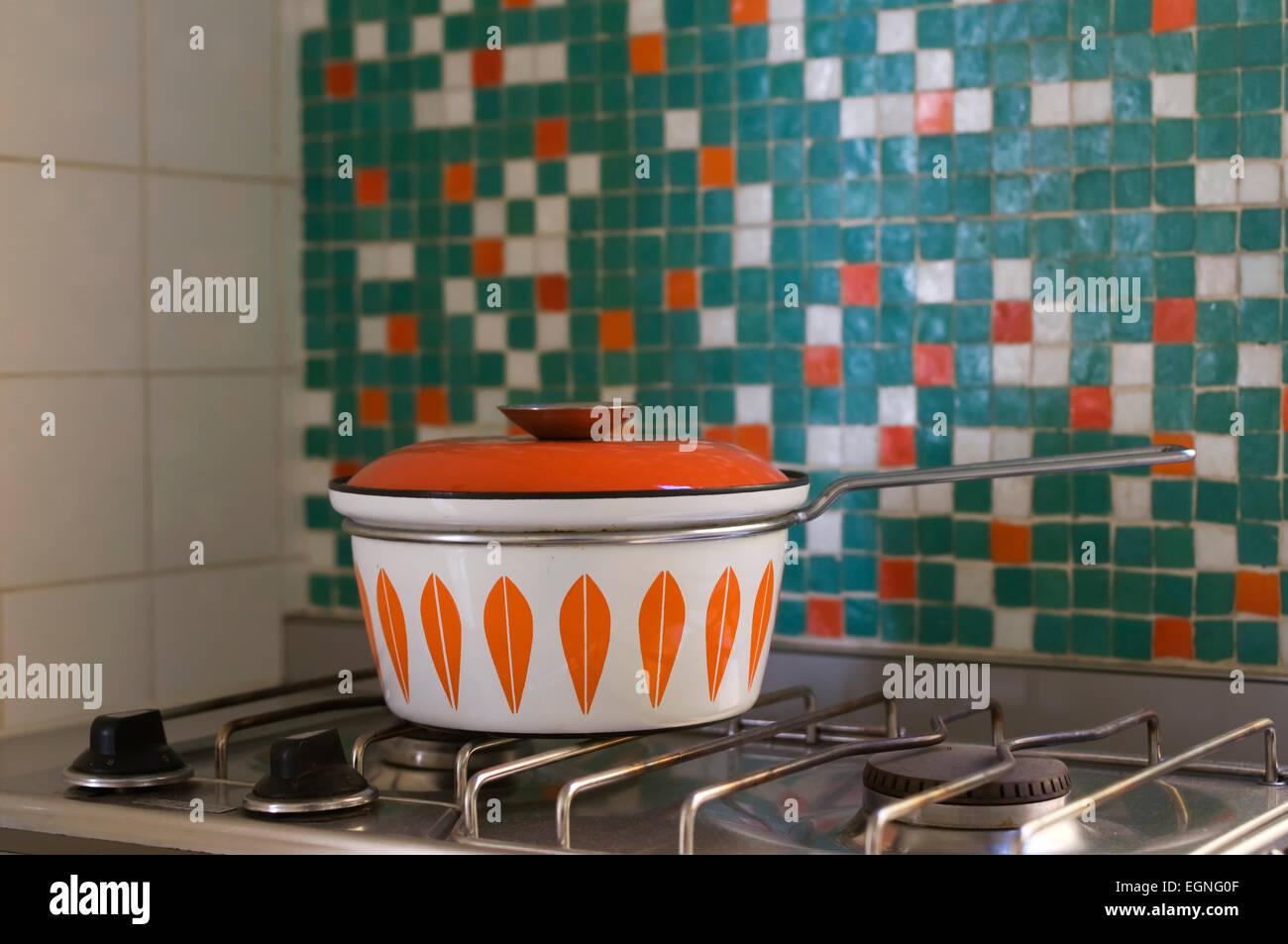 60s Style Pot Sur Un Four Au Gaz Dans Une Cuisine De Style