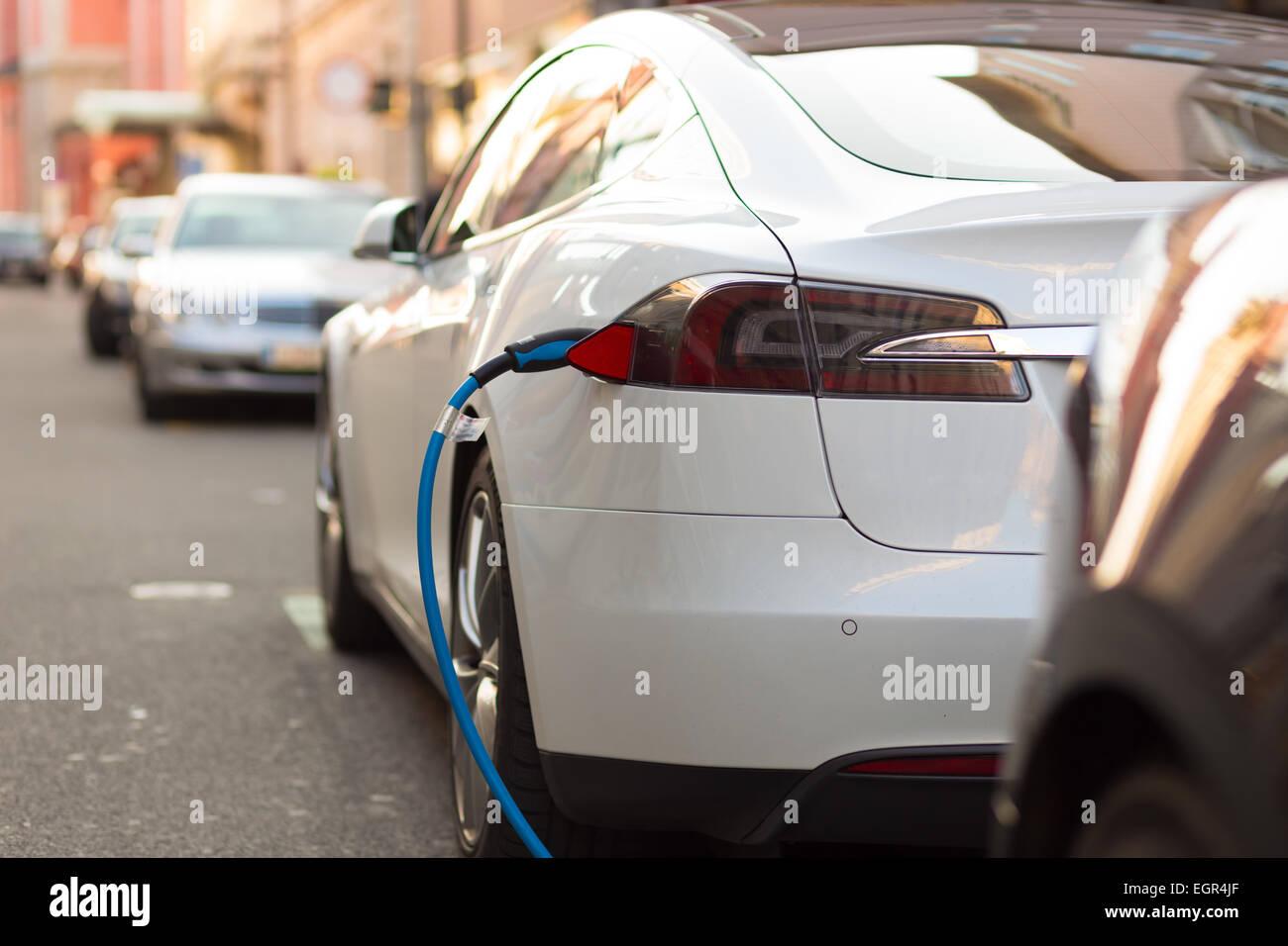 Voiture électrique dans la station de charge. Photo Stock