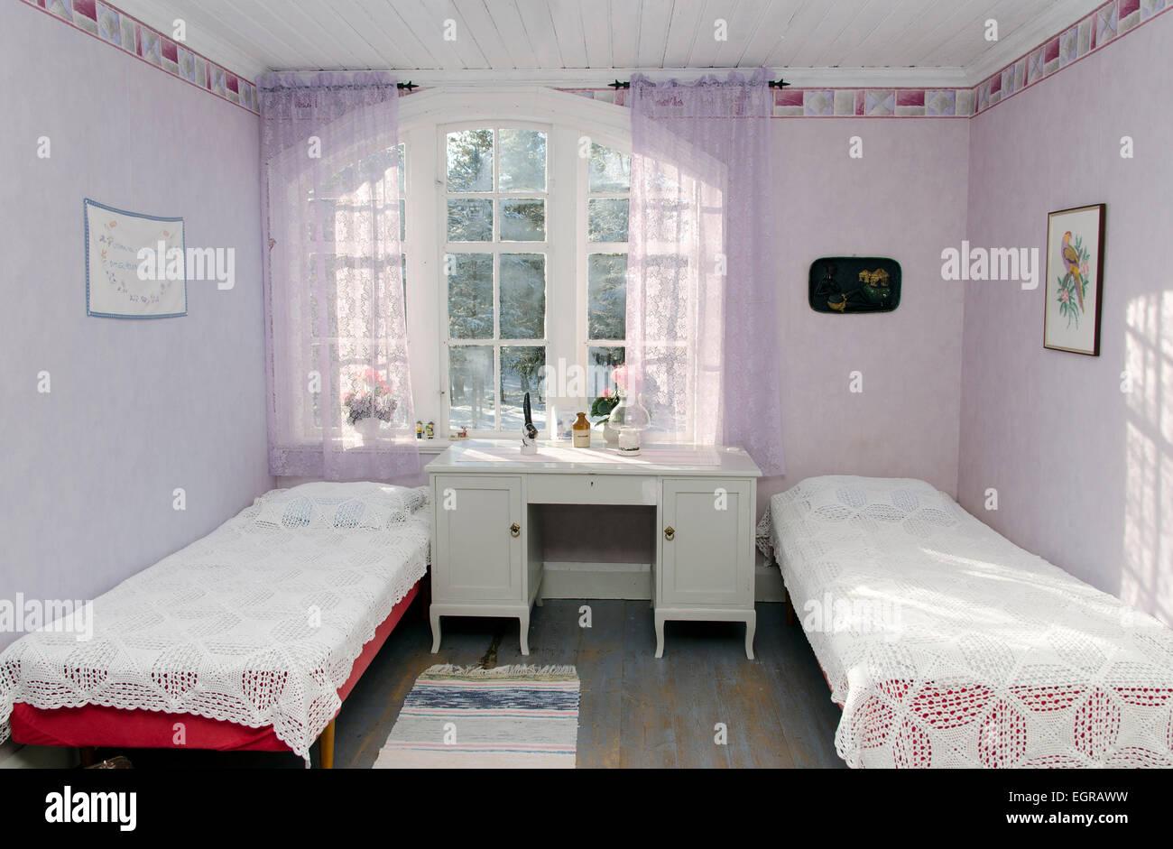 Chambre Vintage en rose avec deux lits doubles avec couvre-lits au ...