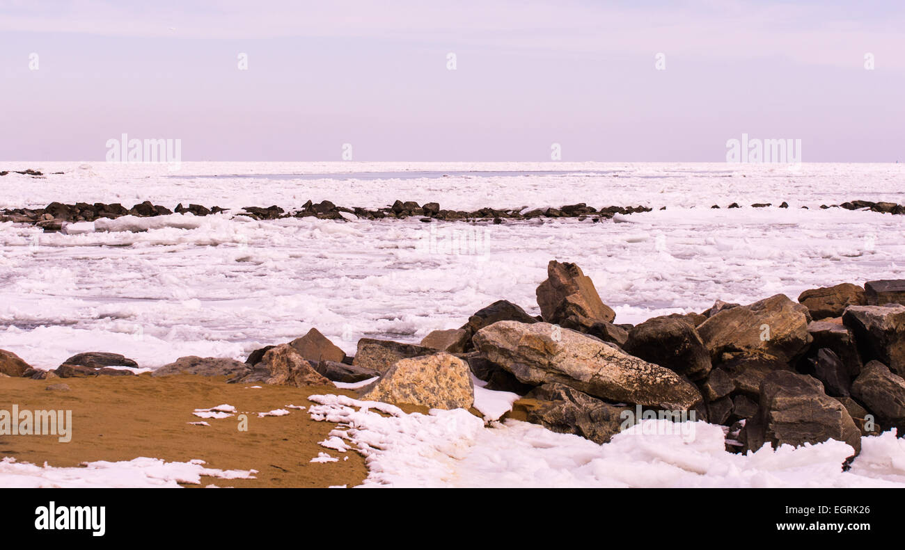 La baie de Chesapeake congelé sur un jour c'est gris et morne Photo Stock
