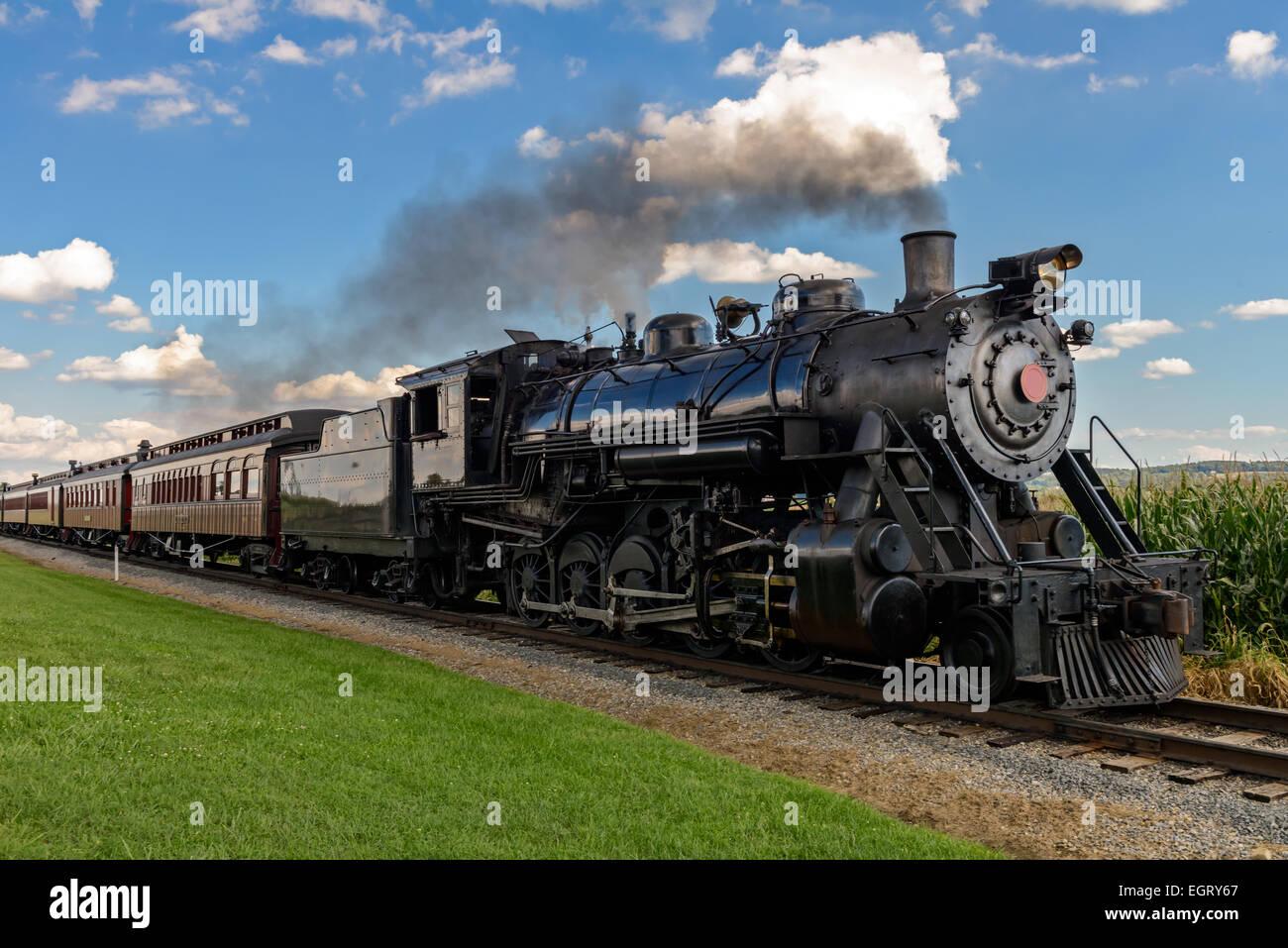 Train à vapeur historique passe à travers les champs Photo Stock