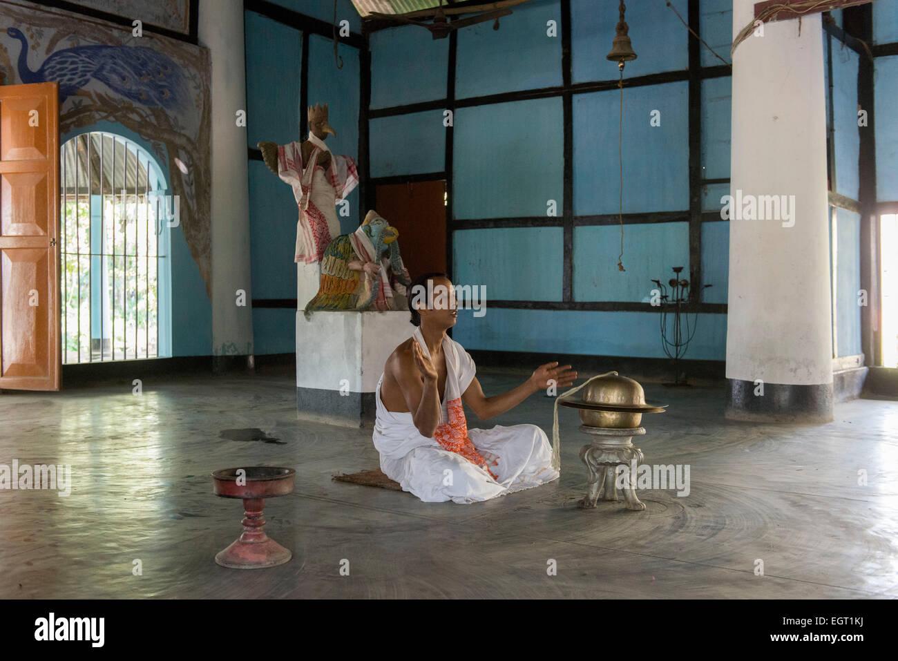 Un moine en prière, de l'Uttar Kamalabari Satra, Majuli Island Banque D'Images