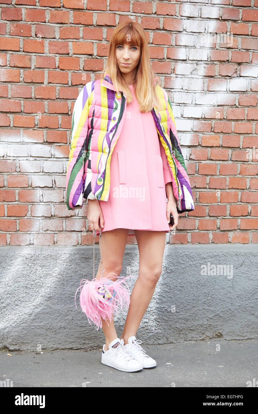 La femme pose pour les photographes avant de montrer Fendi Milan Fashion  Week Day 2, 25834e83b5e