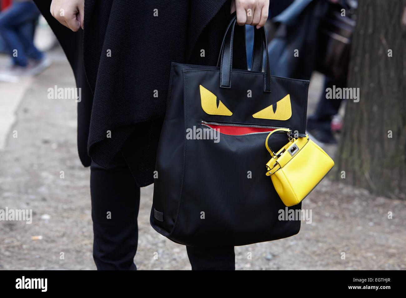 MILAN - 26 février   Homme pose pour les photographes avant de montrer Fendi  sac avec Fendi Milan Fashion Week Day 2, Automne Hiver 2015 201 481f04ac96b