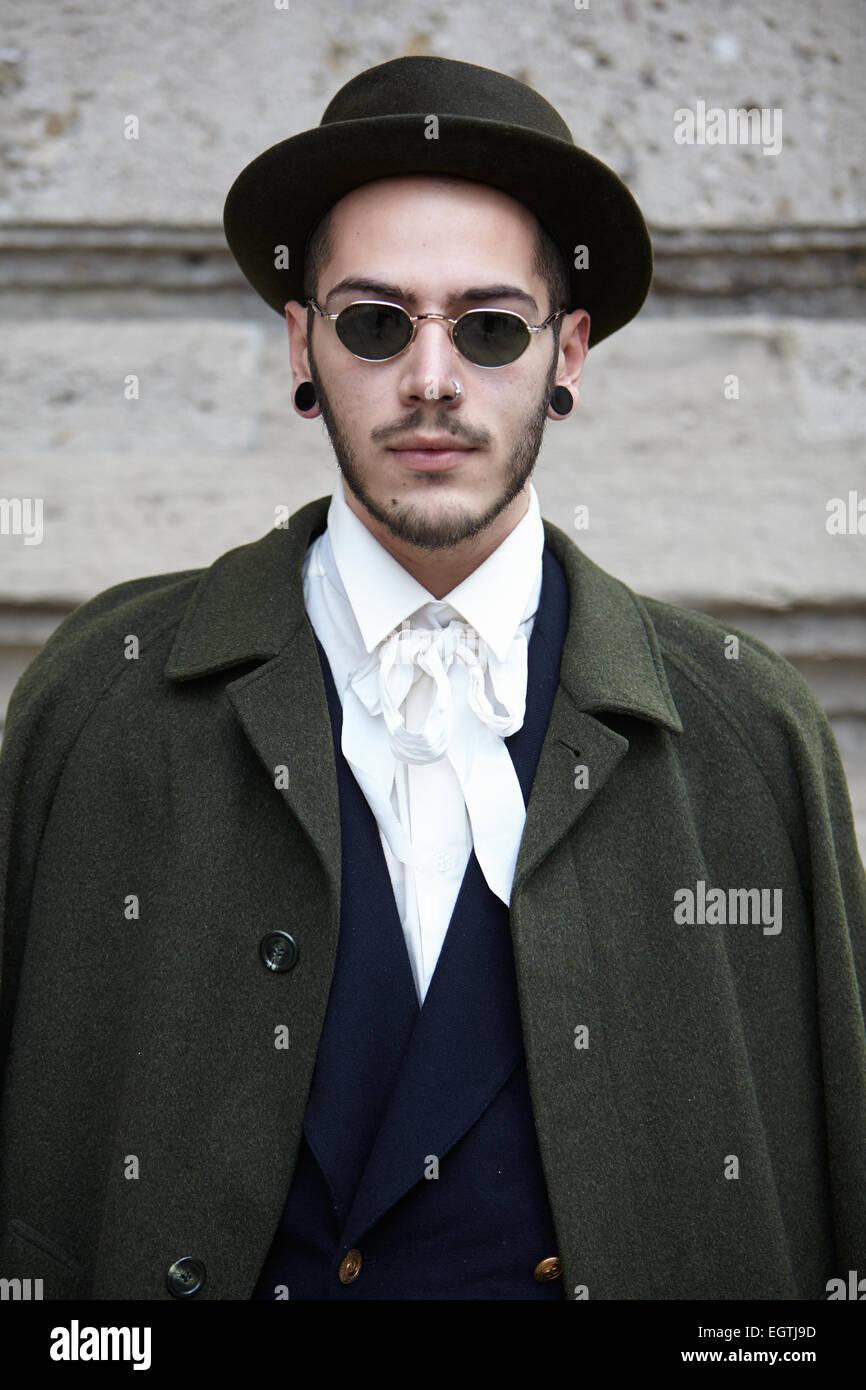 Homme pose pour les photographes avant de montrer Milan Fashion Week Day 2,  Automne Hiver 2015-2016 street style   a6494f824fc