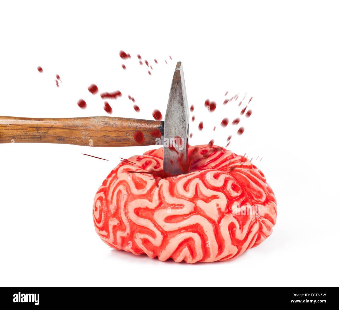Cerveau humain à coup de marteau en caoutchouc et de déversement de sang isolé sur fond blanc. Photo Stock