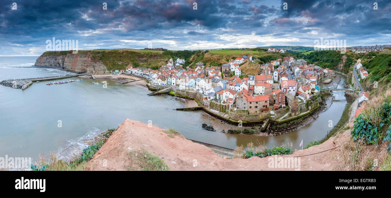 Une vue sur le village traditionnel de pêcheurs de Staithes, North Yorkshire, Angleterre, Royaume-Uni, Europe. Photo Stock