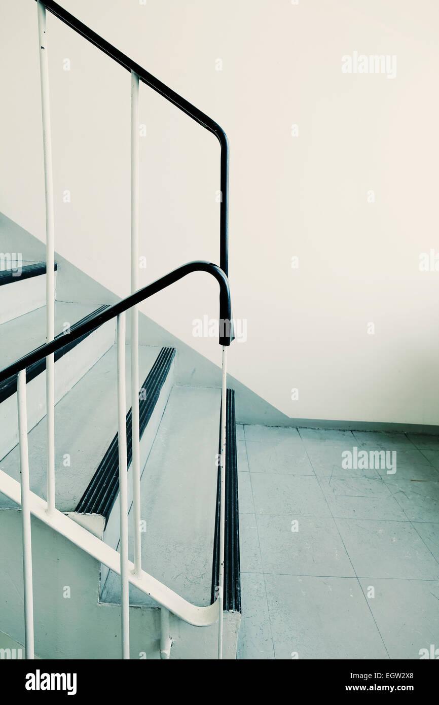 Vieux laid et sale de l'escalier d'un immeuble des années 1960. Photo Stock