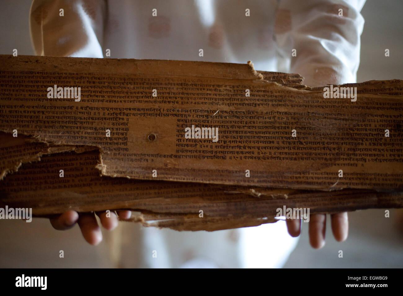 16e siècle Sankardev original manuscrit détenu par un moine sur l'île de Majuli, dans l'Assam, Inde Banque D'Images