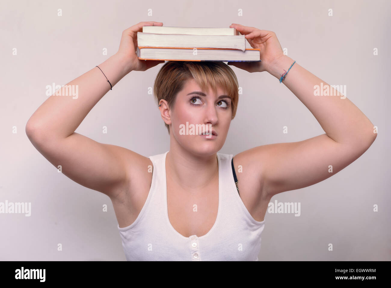 Portrait Jeune femme sérieuse avec de courts cheveux blonds, portant une chemise blanche sans manches décontracté, Banque D'Images