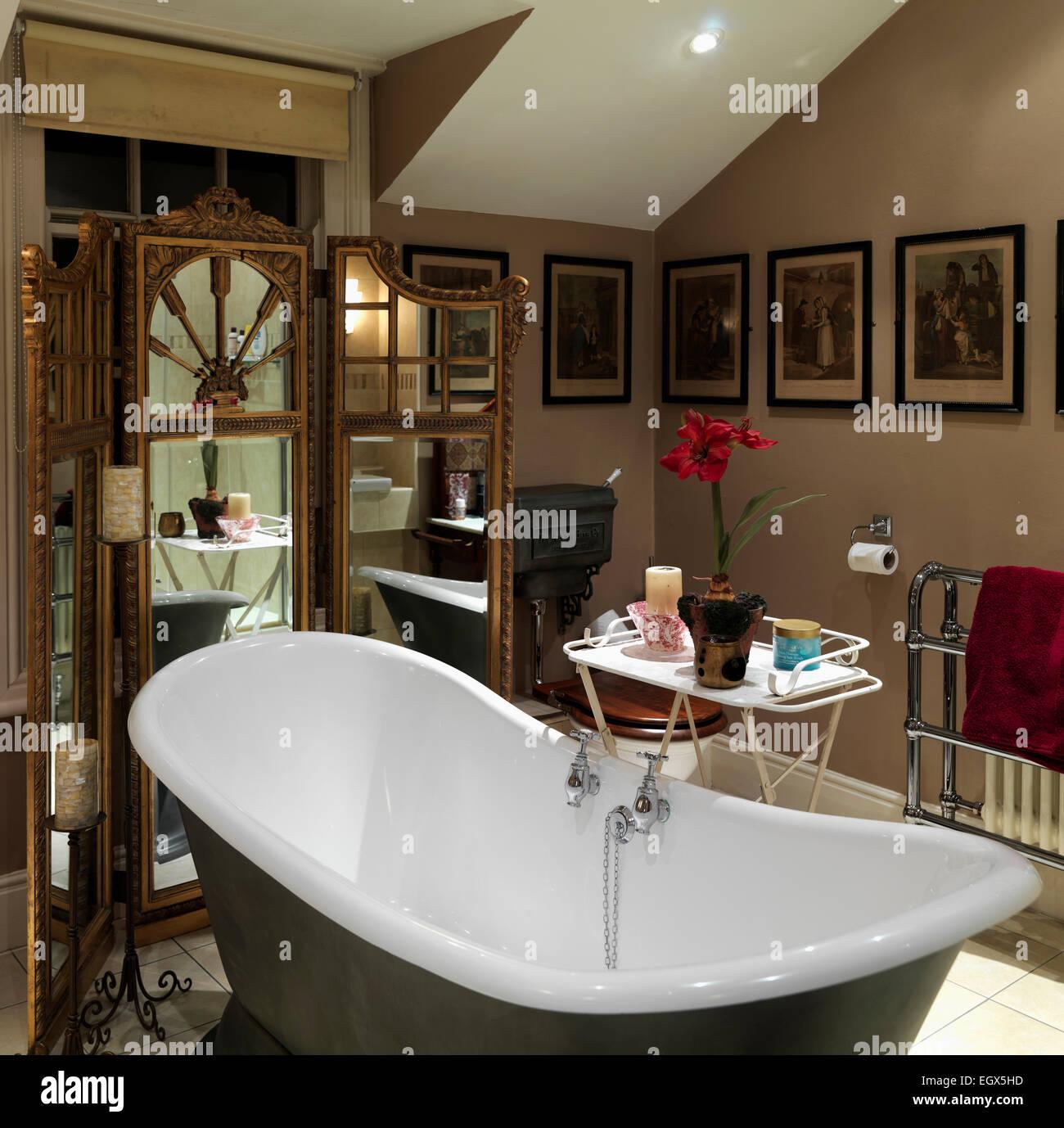 Baignoire sur pieds dans la salle de bain traditionnelle, UK Home ...