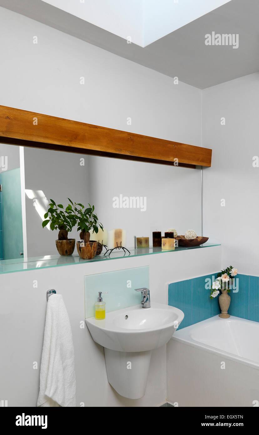 Salle De Bains France ~ mur de miroir au dessus de lavabo dans la salle de bains france