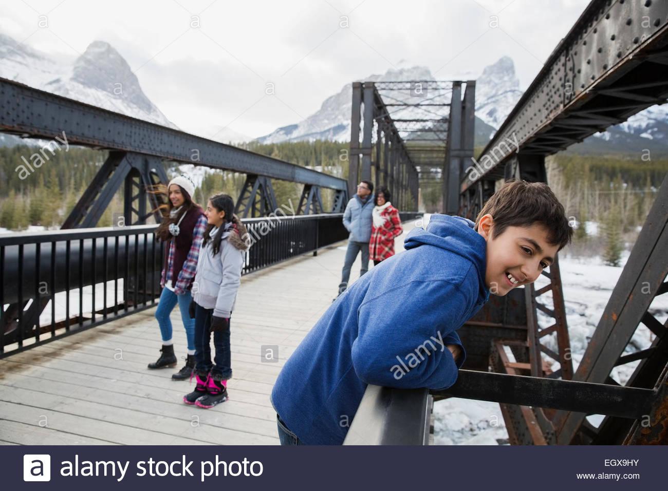 Pont sur la famille en dessous de montagnes enneigées Banque D'Images