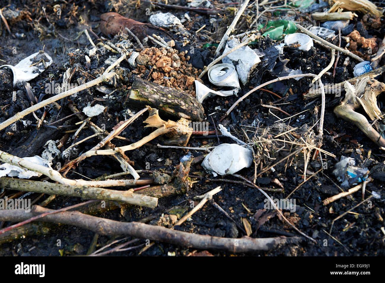 Les déchets brûlés à pointe de la mouche sur les terres agricoles. Photo Stock
