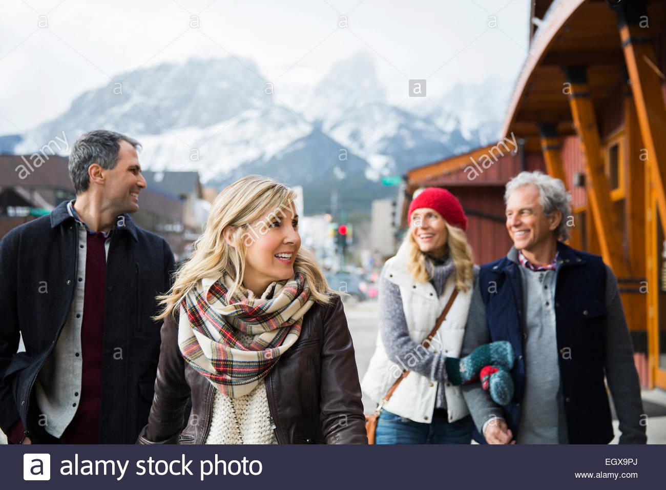 Des couples marchant le long des devantures Photo Stock