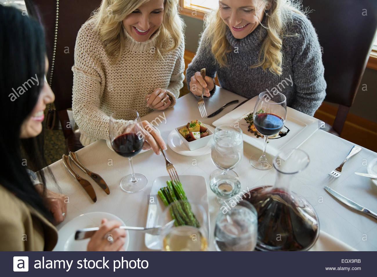 Des femmes partageant les asperges au restaurant table Photo Stock