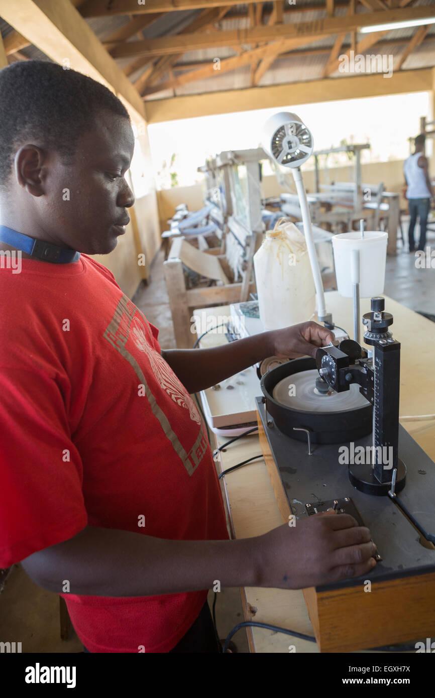 La bijouterie et atelier d'artisanat - Dar es Salaam, Tanzanie, Afrique de l'Est. Photo Stock