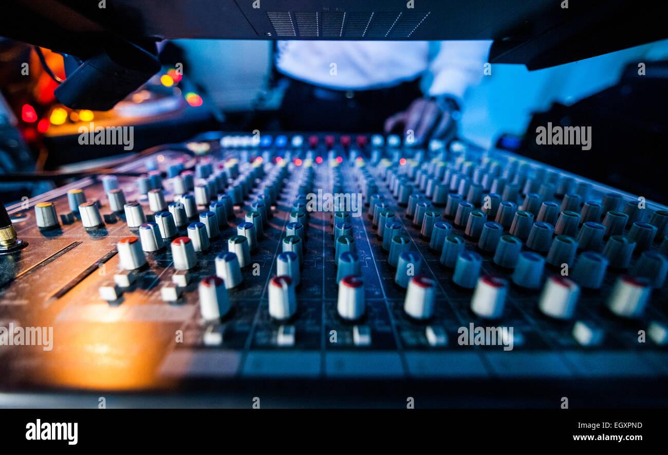 Close-up of a Sound Tech Board en action lors d'un spectacle Photo Stock